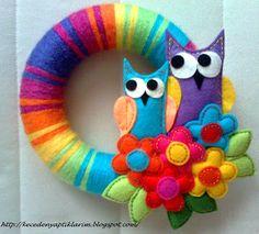 FELT IN LOVE: Keçe Baykuş ve Çiçek Figürlü Kapı Süsü Felt Wreath, Fabric Wreath, Burlap Fabric, Felt Fabric, Door Wreath, Owl Wreaths, Yarn Wreaths, Owl Always Love You, Felt Flowers