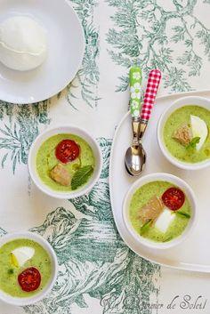 Soupe froide de courgettes Nous sommes en plein dans les recettes rapides et faciles d'été je crois. Après la cianfotta (ratatouille napolitaine), les linguine au garum et olives voici une…