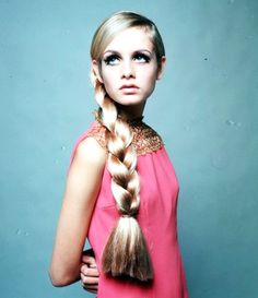 Twiggy in Pink with a Chunky Plait. Foto Fashion, 1960s Fashion, Fashion Models, Vintage Fashion, Fashion Idol, Hippie Fashion, Fashion Pics, Celebrities Fashion, Style 60s
