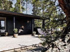 my scandinavian home: An utterly idyllic Finnish summer cabin with a sea view Long House, Dark House, Scandinavian Cabin, Seaside Garden, Summer Cabins, Lakefront Homes, Cabins In The Woods, House Colors, Beautiful Homes