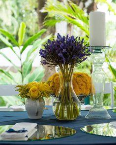Mesa de convidados em tons de azul e amarelo.