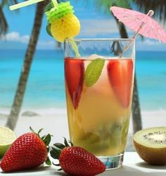 Ingredientes  1 ½ copo de água de coco 5 morangos 1 kiwi picado 1 colher de chá de gengibre ralado 6 folhas de hortelã    Modo de Preparo Bata tudo no liquidificador e sirva