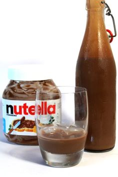 Zelfgemaakte Nutella Likeur Nutella Drink, Booze Drink, Cocktail Drinks, Fun Drinks, Yummy Drinks, Alcoholic Drinks, Food And Drink, Beverages, Nutella Recipes