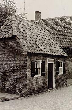 Het 'kleinste huisje van Oirschot' aan de Kapelpad Auteur: J. van de Wal - 1980