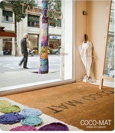 Frente de COCO-MAT en Barcelona. ¿Qué os parece el árbol de ganchillo?