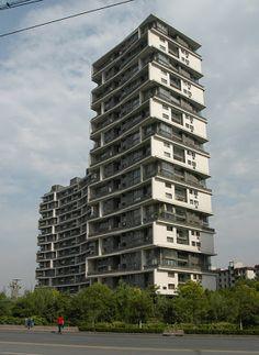 El nuevo ganador del máximo premio de la arquitectura mundial es Wang Shu, el primer despacho chino en ganar este galardón. Es de suma importancia reconocer el trabajo proveniente de China ya que le da cierto reconocimiento a las propuestas de este país que por lo general tiene una imagen negativa en arquitectura y diseño.