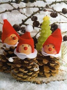 homemade xmas decorations with pine cones Homemade Christmas, Christmas Projects, Winter Christmas, Kids Christmas, Holiday Crafts, Christmas Ornaments, Pinecone Christmas Crafts, Pinecone Ornaments, Christmas Snowman