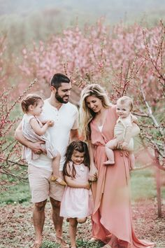 Summer Family Picture Outfits Discover Family Photo Outfit Ideas for Summer - Lynzy & Co. What to wear for Family Photos Inspiration // Family Photo Outfit Ideas for Summer