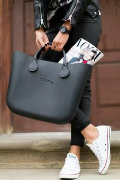 O bag Italian Handbags + converse Fashion Mode, Look Fashion, Fashion Bags, Leather Handle, Leather Bag, My Bags, Purses And Bags, Italian Handbags, Plateau Pumps