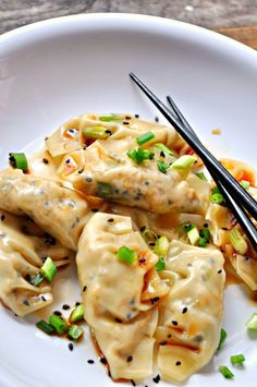 tried it-just ok, I've made better before. Super simple vegan dumplings filled with sesame tofu and green onions. Steamed or pan fried, either way, they are amazing! Vegan Foods, Vegan Dishes, Vegan Vegetarian, Vegetarian Recipes, Vegan Meals, Vegetarian Dim Sum, Raw Vegan, Tofu Recipes, Asian Recipes
