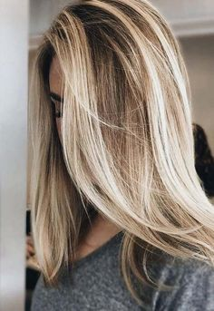 5 besten lila Shampoo-Marken 5 Best Purple Shampoo Brands- The Best Purple Shampoo In Its Price Rang Blonde Hair Shades, Blonde Hair With Highlights, Brown Blonde Hair, Rose Blonde, Chunky Highlights, Carmel Blonde Hair, Blonde Color, Full Highlights, Hair Color Pictures Highlights