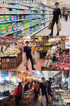 JB shopping for his kids. Got7 Funny, Funny Kpop Memes, Got7 Meme, Yugyeom, Youngjae, Got7 Jb, Markson, Meme Center, Korean People
