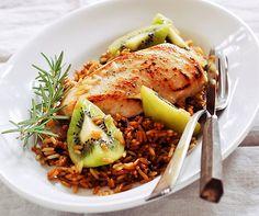 Poulet auf Kiwi-Reis  Eine interessante Kombination! Pouletbrüstli mit Kiwi! Mit dem mit Sojasauce gewürzten Reis ein leichtes Gericht!