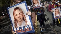 People hold signs calling for the release of imprisoned WikiLeaks whistleblower Chelsea Manning in San Francisco, California June 28, 2015. | Foto: Reuters