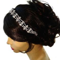 Esta diadema muy brillante y de moda es un hermoso accesorio para su estilo de pelo el día de la boda, o para cualquier evento especial.    Banda plateada mide 13 pulgadas de largo y 7 1/2 pulgadas de banda elástica  Incluye caja de regalo