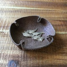 Great idea for upcucling leather (old boots maybe?) Ring Holder Dish Soft Leather Jewelry Storage by StandsAndJewels Leather Belt Pouch, Leather Tray, Leather Ring, Leather Jewelry, Soft Leather, Old Boots, Leather Scraps, Leather Pattern, Leather Design
