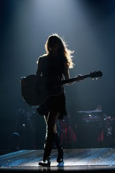Shared by Find images and videos about Taylor Swift, concert and guitar on We Heart It - the app to get lost in what you love. Taylor Swift Guitar, Taylor Swift Speak Now, Estilo Taylor Swift, Taylor Swift Pictures, Taylor Alison Swift, Taylor Swift Concert, Guitar Photography, Girl Photography Poses, Taylor Swift Wallpaper