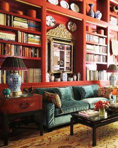 kırmızı kitaplık fikrine bayıldım :) ayna ve lambalar da kütüphaneye çok yakışmış. ama geri kalan bütün süsü püsü kaldırıp yerine sımsıkı kitaplar ve daha küçük-dar raflar için de DVD kutuları koymak taraftarıyım