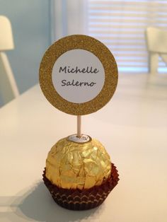 Ferrero Rocher Gold Name Place Card and Party Favor Anniversary Party Favors, Anniversary Crafts, 50th Wedding Anniversary, 50th Party, Gold Party, 50th Birthday, Birthday Parties, Deco Paris, Cupcakes Decorados