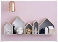 On craque pour cette jolie idée : des casiers en forme de maison pour décorer et ranger. Vous pouvez les poser ou les accrocher au mur grâce à leurs crochets, choisir un seul format ou les associer. En bois nature à l'extérieur et peint en gris à l'intérieur, ces adorables casiers sauront mettre en valeur vos objets déco et vos livres avec une touche scandinave très tendance !