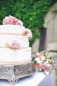 Wedding cake - www.myvintageweddingportugal..com | #weddinginportugal #vintageweddinginportugal #vintagewedding #portugalwedding #myvintageweddinginportugal #rusticwedding #rusticweddinginportugal #thequinta #weddinginsintra