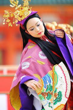 Dancer at Heian Jungu Shrine. Photo by Teruhide Tomori (◠‿◠) on Flickr.