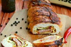 Bliži nam se Uskrs a sa njim i Uskršnja trpeza. Ovaj put vaš Uskršnji ručak  može da ukrasi  ovaj fini pileći rolat. Pileći rolat punjen šunkom,sirom i jajima.