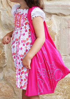 Clever tote bags made with upcycled t-shirts. Such a fun kids' craft! #MichaelsMakers