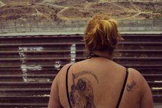 FANTASÍA, LEYENDA Y REALIDAD.  Narcocultura, de Saúl Schwarz. La cámara sigue sin recursos editoriales ni melodramáticos las historias paralelas de Edgar Quintero, cantante y compositor de narcocorridos del grupo los Buknas de Culiacán, y Ricardo Soto, forense de Juárez que ve caer acribillados uno por uno a sus compañeros de trabajo. Por Roberta Garza Medina.