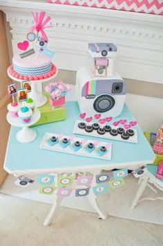 tema-festa-infantil-midias-sociais-festa-instagram-colorido-menina-mesa