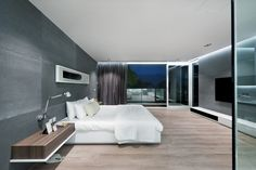Luksusowa sypialnia, białe łóżko, minimalizm https://www.homify.pl/katalogi-inspiracji/9640/homify-360-ekskluzywna-willa-z-ferrari-w-salonie