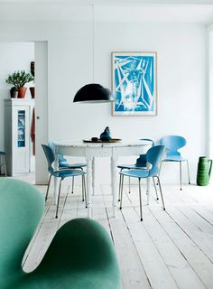Lys bylejlighed: Enkel stil med arvemøbler - Boligliv I could paint my chairs blue?!...