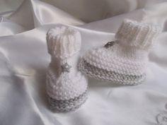 chaussons bébé en laine blanche et bordure grise avec petites étoiles : Mode Bébé par bebelaine