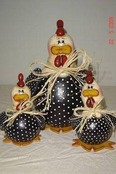 Galo e galinha feitas de cabaça, madeira e biscuit. As cabaças variam de tamanho, comprimento e largura, são avaliadas não pelo seu tamanho, mas sim pelo trabalho e tempo que levam para ficar prontas, por isso algumas podem haver variações de preço. As que abrem para virar um guarda tudo requer m... Hand Painted Gourds, Decorative Gourds, Clay Crafts, Crafts To Do, Arts And Crafts, Mason Jar Art, Chicken Crafts, Concrete Crafts, Chickens And Roosters