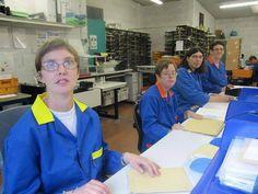 05/09/13. C'est un partenariat entre la Caf et l'Esat de La Roche-sur-Yon (Vendée), né au début de l'année. Atteintes de déficiences, douze personnes de l'Esat gèrent, au quotidien, les courriers de la Caisse d'allocations familiales. LIRE SUR http://www.entreprises.ouest-france.fr/article/roche-sur-yon-travailleurs-lesat-trient-courrier-caf-05-09-2013-108251