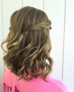 Simple and pretty half up hairstyle by Kayla Johnson