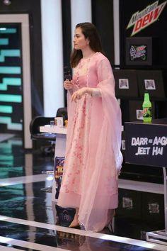 Simple Pakistani Dresses, Pakistani Fashion Casual, Indian Fashion Dresses, Dress Indian Style, Pakistani Dress Design, Indian Designer Outfits, Designer Dresses, Stylish Dresses For Girls, Casual Dresses