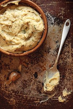 Garlic Mashed Potatoes Recipe Thirty cloves of garlic go into this creamy side dish, adapted from Julia Child's Mastering the Art of French Cooking: Volume 1 (Alfred A. Knopf, The cloves are first blanched whole, which enhances their sweetness, then Making Mashed Potatoes, Garlic Mashed Potatoes, Mashed Potato Recipes, Potato Dishes, Food Dishes, Cooking Dishes, Cheesy Potatoes, Baked Potatoes, Gastronomia