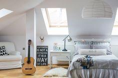 Matildan ullakkohuone on luovan leikkisä ja samaan aikaan tyylikäs. Matilda on kirjoittanut valkoiseen kaappiin englanninkielisen laulun sanat. Sängynpäädyn eurolavan Matilda on maalannut itse. Valaisin ja matto ovat Ikeasta.