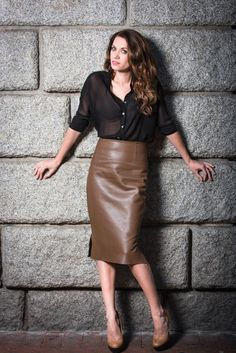 How to Style Differently in Leather Outfit – Designers Outfits Collection Skirt Outfits, Dress Skirt, Midi Skirt, Skirt Fashion, Fashion Dresses, Blouse Sexy, Lingerie Look, Brown Leather Skirt, Leather Dresses