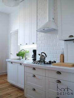 BIAŁA KUCHNIA W STYLU SKANDYNAWSKIM : Skandynawska kuchnia od studio projektowe KODA design Dawid Kotuła