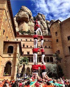 """El repost d'avui és per @nurimure amb aquesta impresionant fotografia d'uns castellers al santuari de Montserrat. Gràcies per compartir la teva mirada amb #BCNmoltmes. Recorda, aquesta setmana si la teva fotografia és una de les més votades guanyaràs una entrada doble pel taller """"Barcelona, dolç univers"""" a la 4a edició de Alícia't, al @monstbenet el dissabte 31 d'abril. Anima als teus seguidors a votar la teva fotografia! Sort!"""