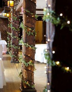 Ljusslingor och gröna dekorationer till bröllopet.