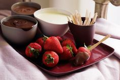 Chocolate-dipped strawberries: Add a little romance to the dessert table No Cook Desserts, Summer Desserts, Healthy Desserts, Just Desserts, Healthy Recipes, White Chocolate Recipes, Best Party Food, Chocolate Dipped Strawberries, Strawberry Dip