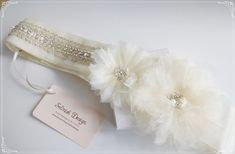 This glamorous beautiful sash is the perfect touch for your romantic, lovely wedding. Lots of sparkle, made with high quality material hand sewn. < product info > Size: appx. 2 *23inch (flower part) / Sash ties as a bow at the back. ribbon : 2 inch wide light ivory 2m long Used