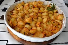 Cartofi cu rozmarin la cuptor Savori Urbane Romanian Food, Shrimp, Side Dishes, Potatoes, Meat, Cooking, Recipes, Parmezan, Supe