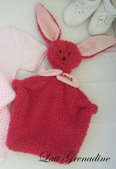 How to do your own Toy Rabbit ? Discover of arts and crafts tutorials and patterns on Bulb in Blue, the site for creative ideas. Couture Bb, Couture Sewing, Sewing Patterns Free, Free Sewing, Sewing Online, Bunny Blanket, Dou Dou, Creation Couture, Baby Art