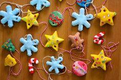 des ornements pour l'arbre de Noël à faire soi-même en pâte à sel décorée de peinture à l'eau