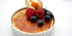 La crema catalana es un postre delicioso, una especie de creme brulee, perfecto para quienes gusten de postres ligeros. Para su presentación los puedes decorar con algunos frutos rojos.
