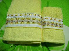 En cálido color amarillo, estas toallas en bordado yugoslavo son un lujo para el baño